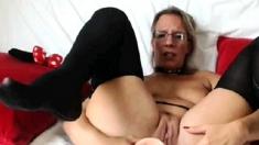 Sisata plavokosa Sophie drka picku pred kamerom
